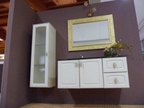vista dal basso di un mobile bagno con specchio e mobile