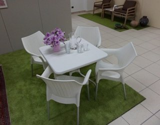 tavolo bianco da esterno con quattro sedie