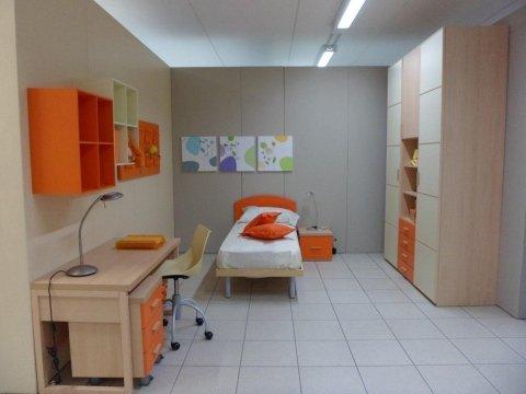 camera con complementi arancioni, scrivania e armadio