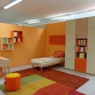 camera arancione e gialla con tappeto colorato e libreria