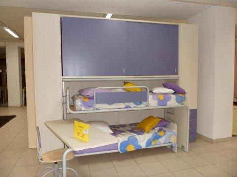cameretta per bambini con due letti a armadio viola