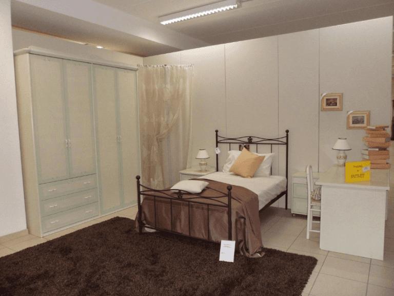camera con letto matrimoniale, tappeto marrone e armadio