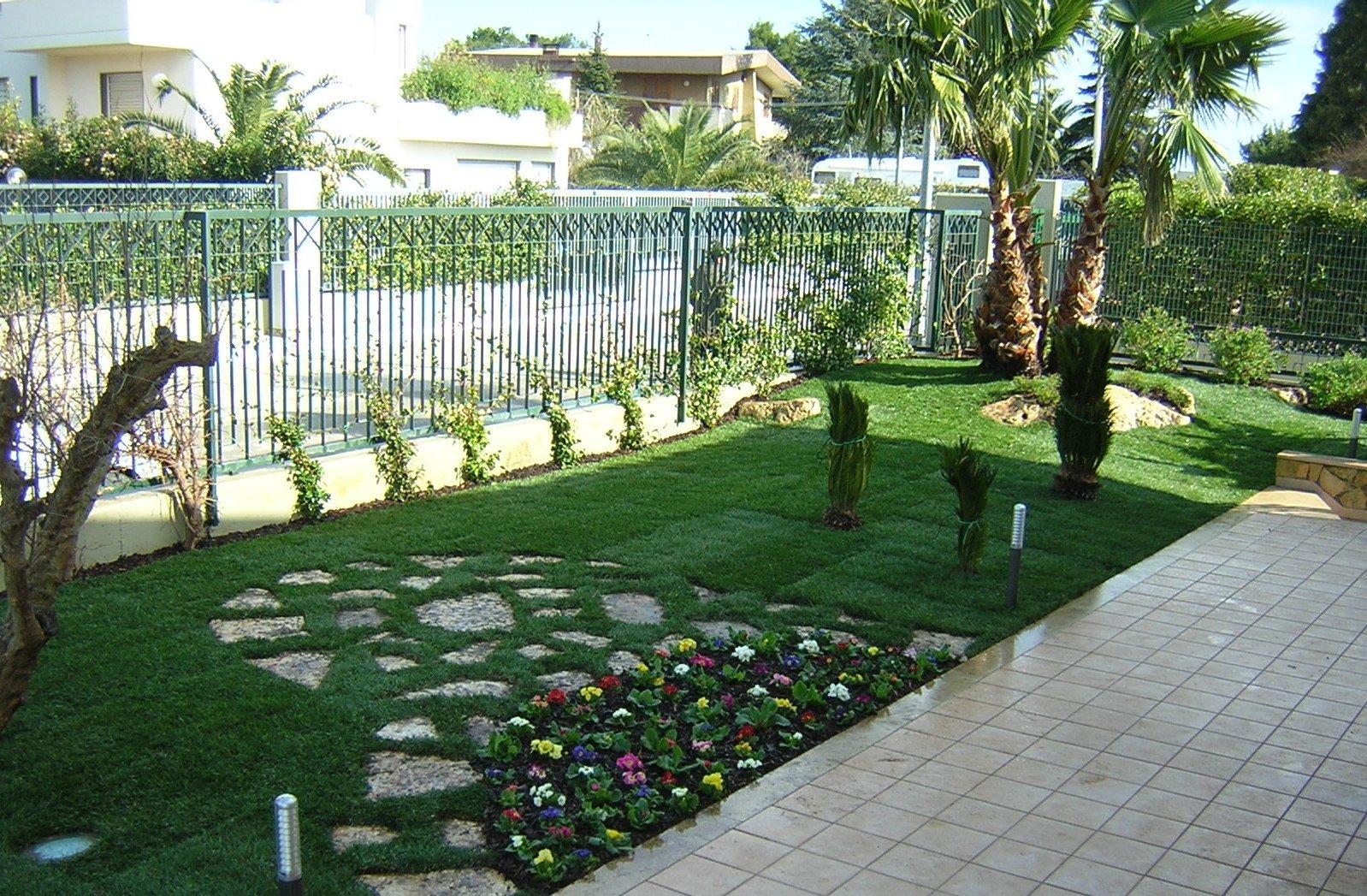 Giardinetto con piante colorate e viottolo