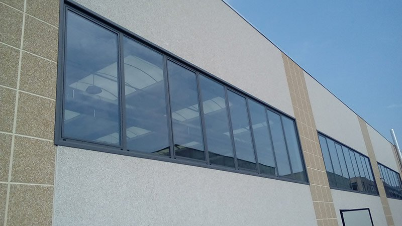 Facciata di un edificio con vetrate e specchio