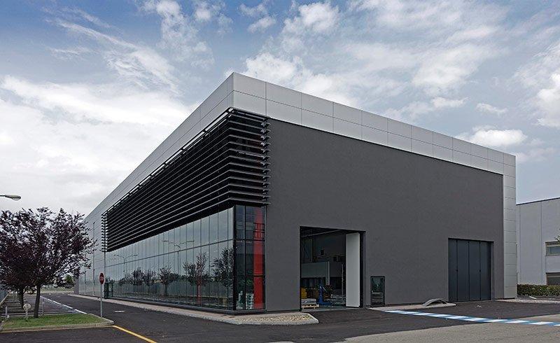 Facciata di un edificio industriale in stile moderno