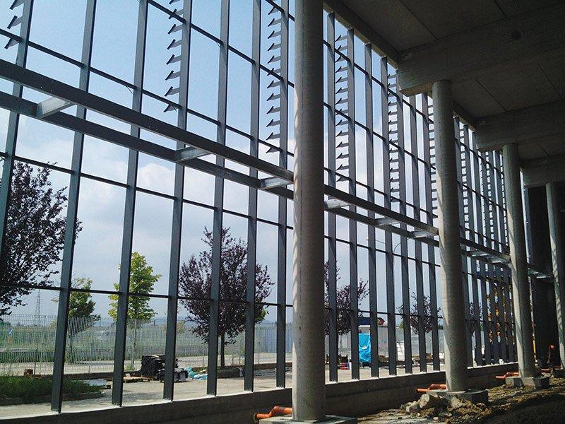 Vista dall'interno di un edificio industriale con ampie vetrate