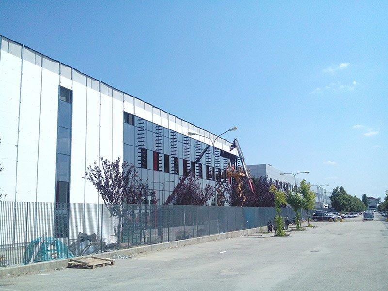 Facciata di un edificio industriale bianco e grigio