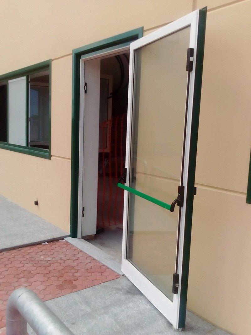 Immagine di una porta allarmata con maniglione antipanico verde