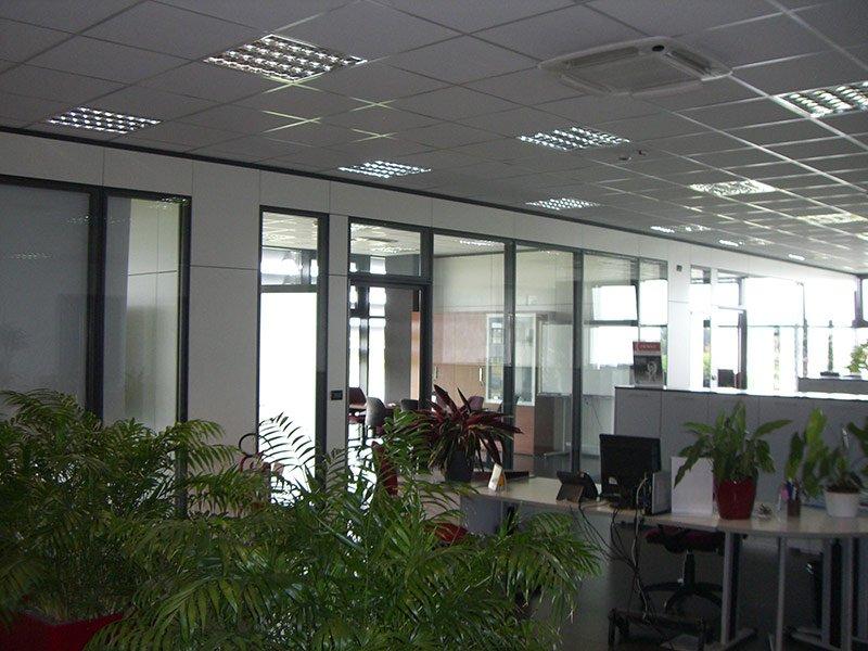 Serramenti in alluminio all'interno di un ufficio