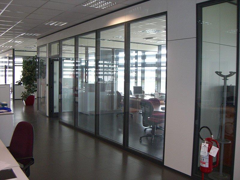 Parete a vetro all'interno di un ufficio