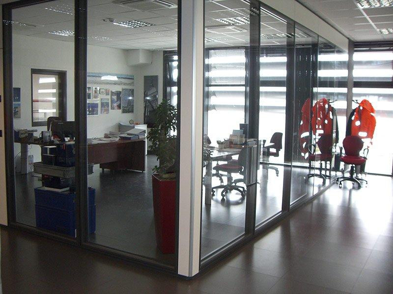 Ufficio a vista realizzato con pareti a vetro