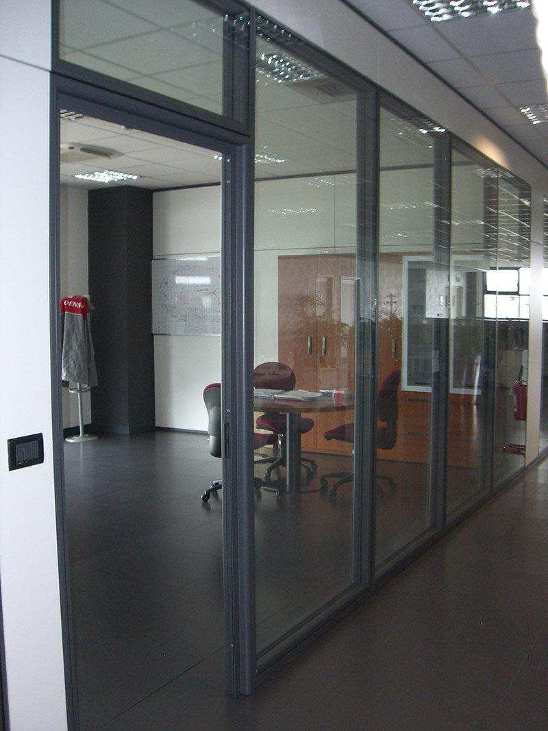 Ingresso di un ufficio con parete a vetri