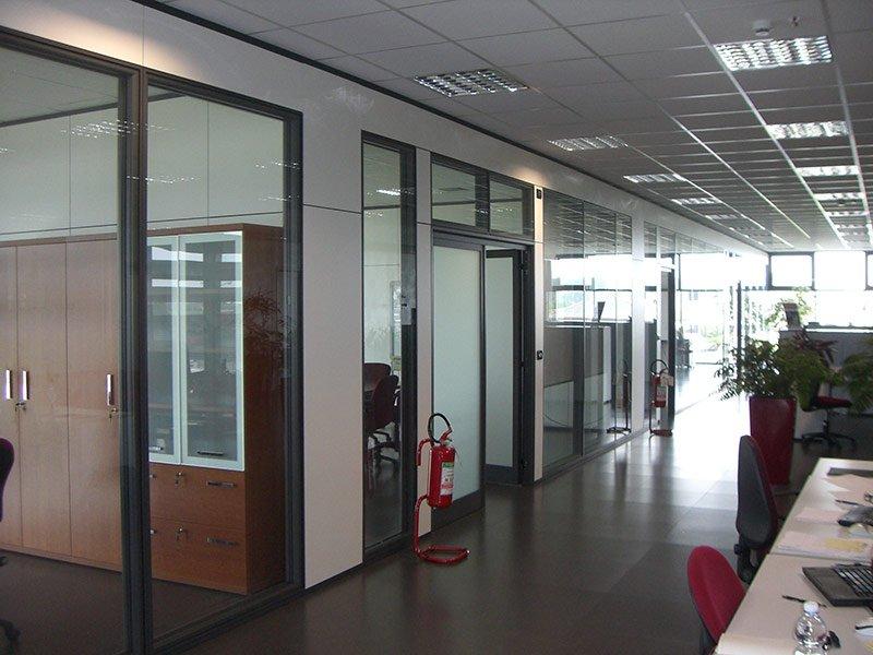 Vista di un ufficio con stanze con pareti a vetri