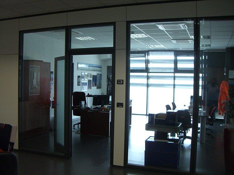 Porta di ufficio con vetrate