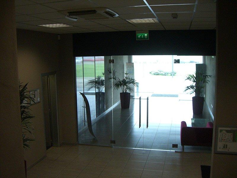Porta a vetri all'ingresso di un edificio industriale