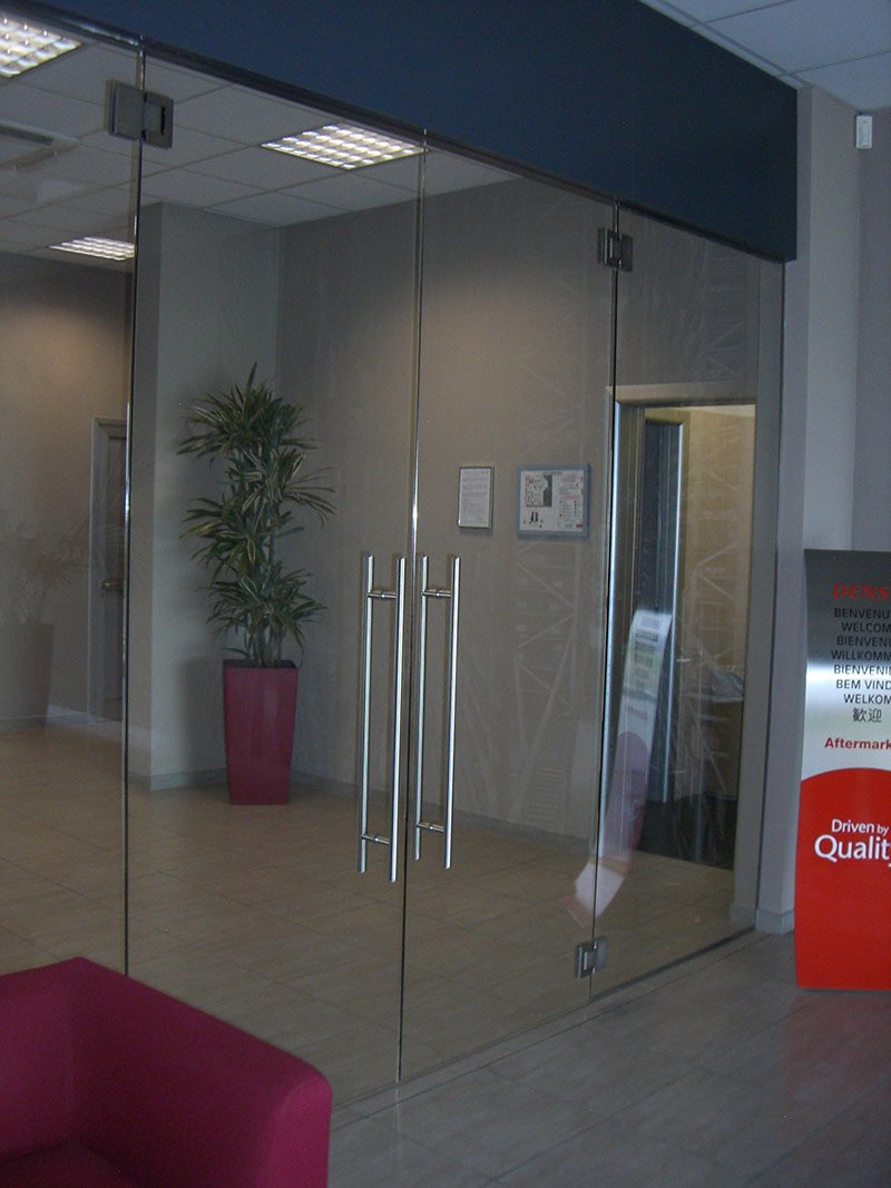 Porta a vetri per l'ingresso di un edificio