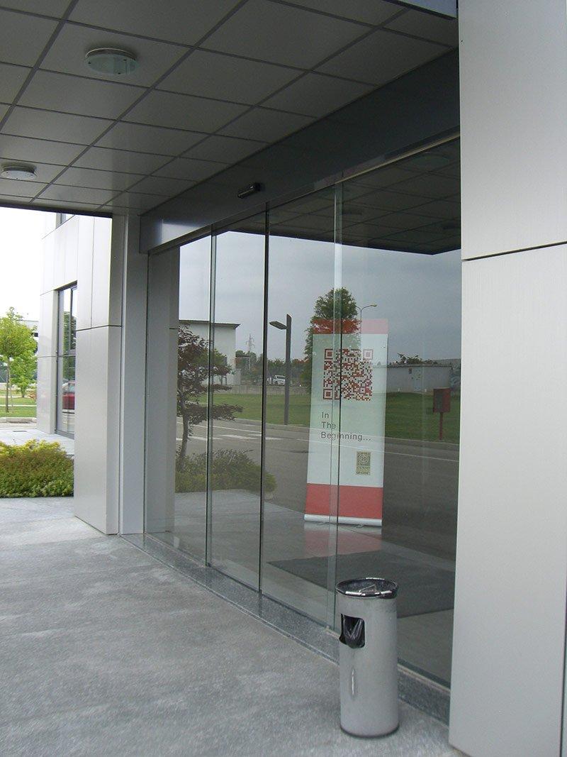 Ingresso di un complesso industriale con porta scorrevole a vetri