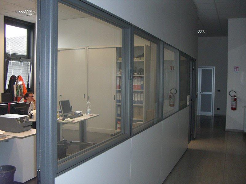 Ufficio con parte delle pareti in vetro