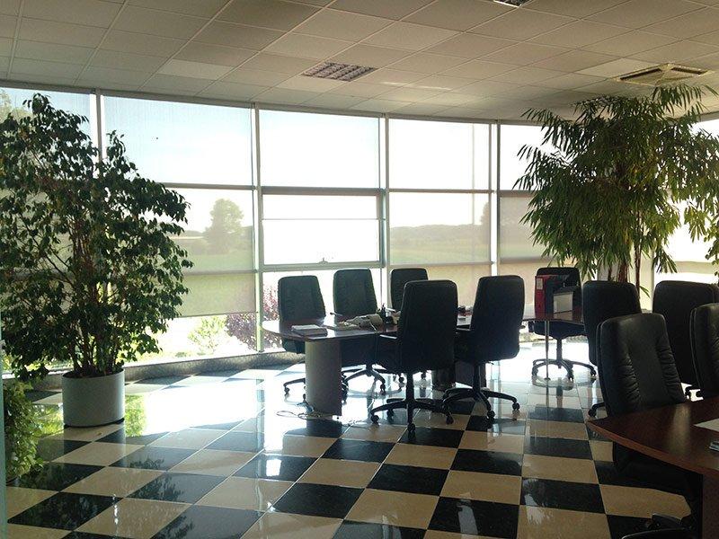 Interno di un ufficio con ampie vetrate