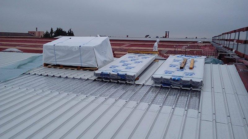 Vista di un tetto con parte in amianto da rimuove e parte già sostituita da pannelli a norma di legge