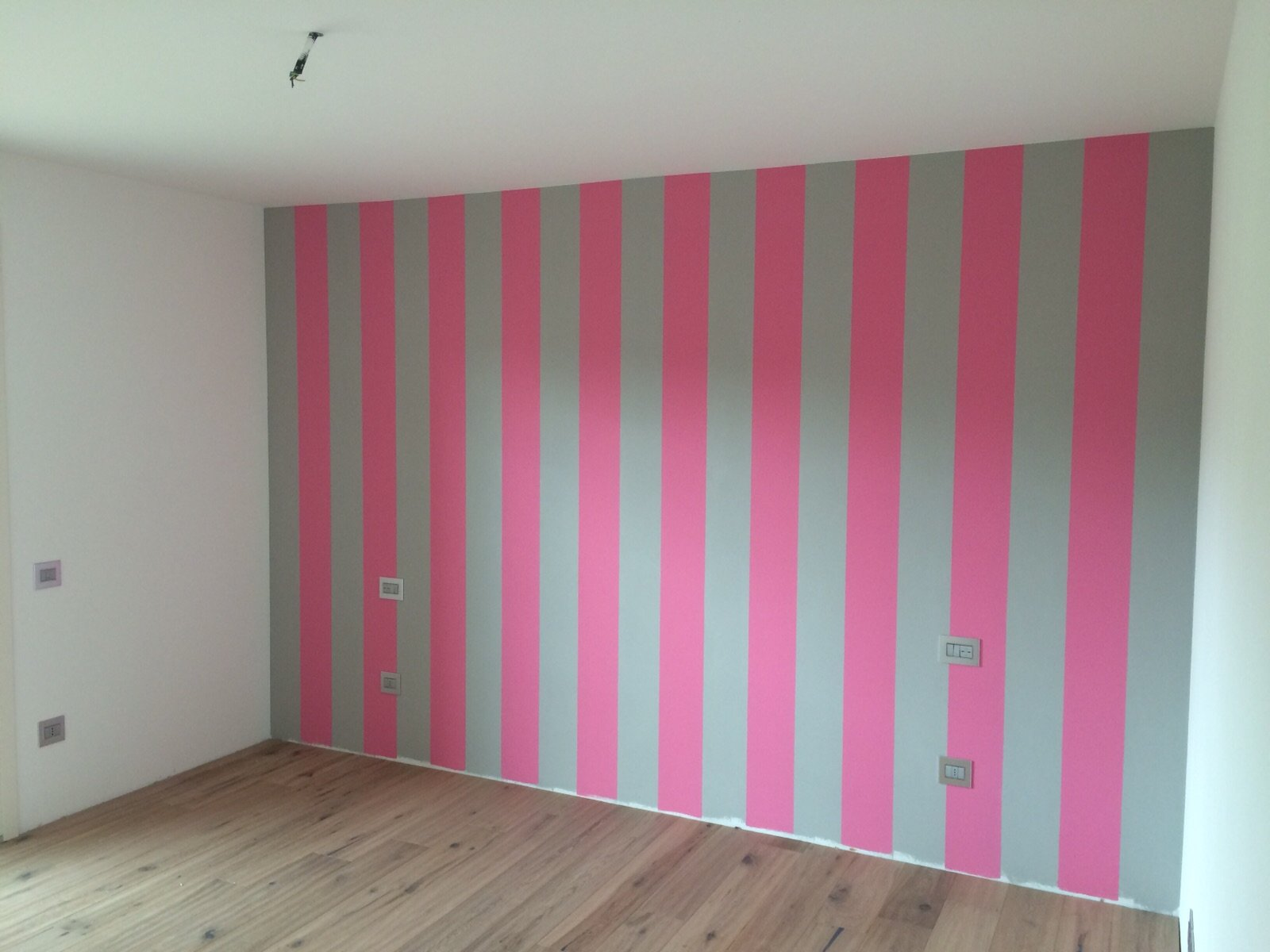parete a righe grige e rosa