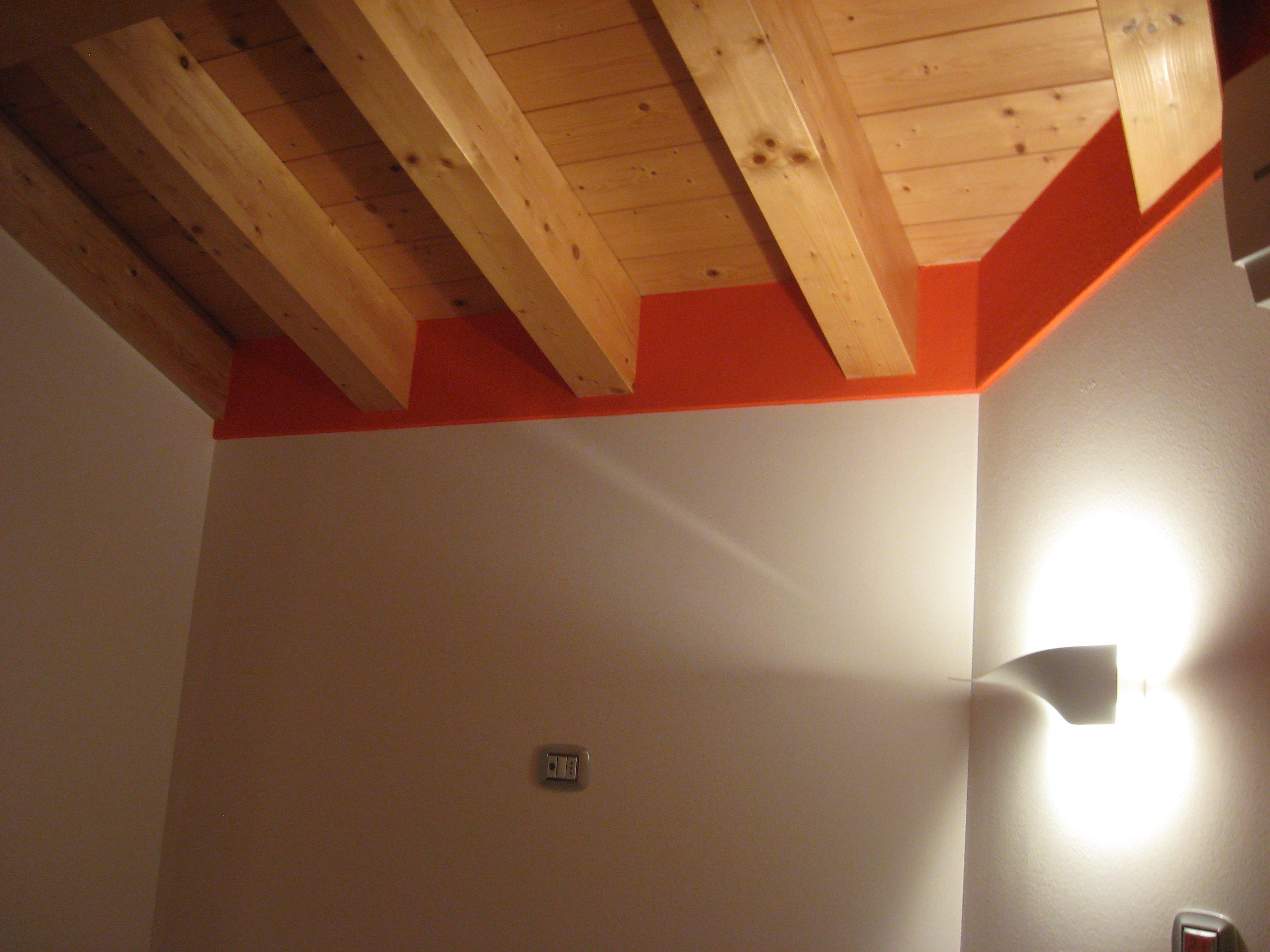 parete bianca con soffitto in legno