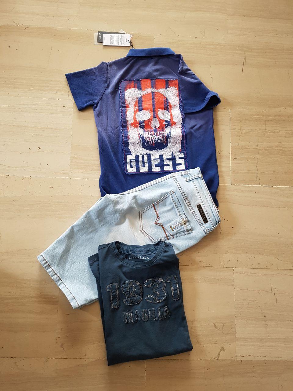 Pantaloni e due magliette blu per bambino