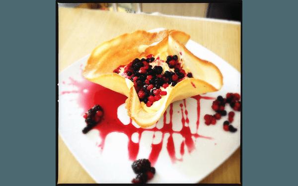 Nido con Crema Chantilly e frutti di bosco caldi