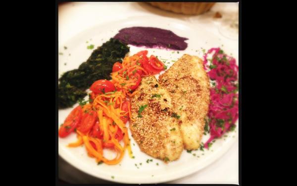 Il nostro branzino al sesamo con spinaci, carote e crema di cavolo rosso