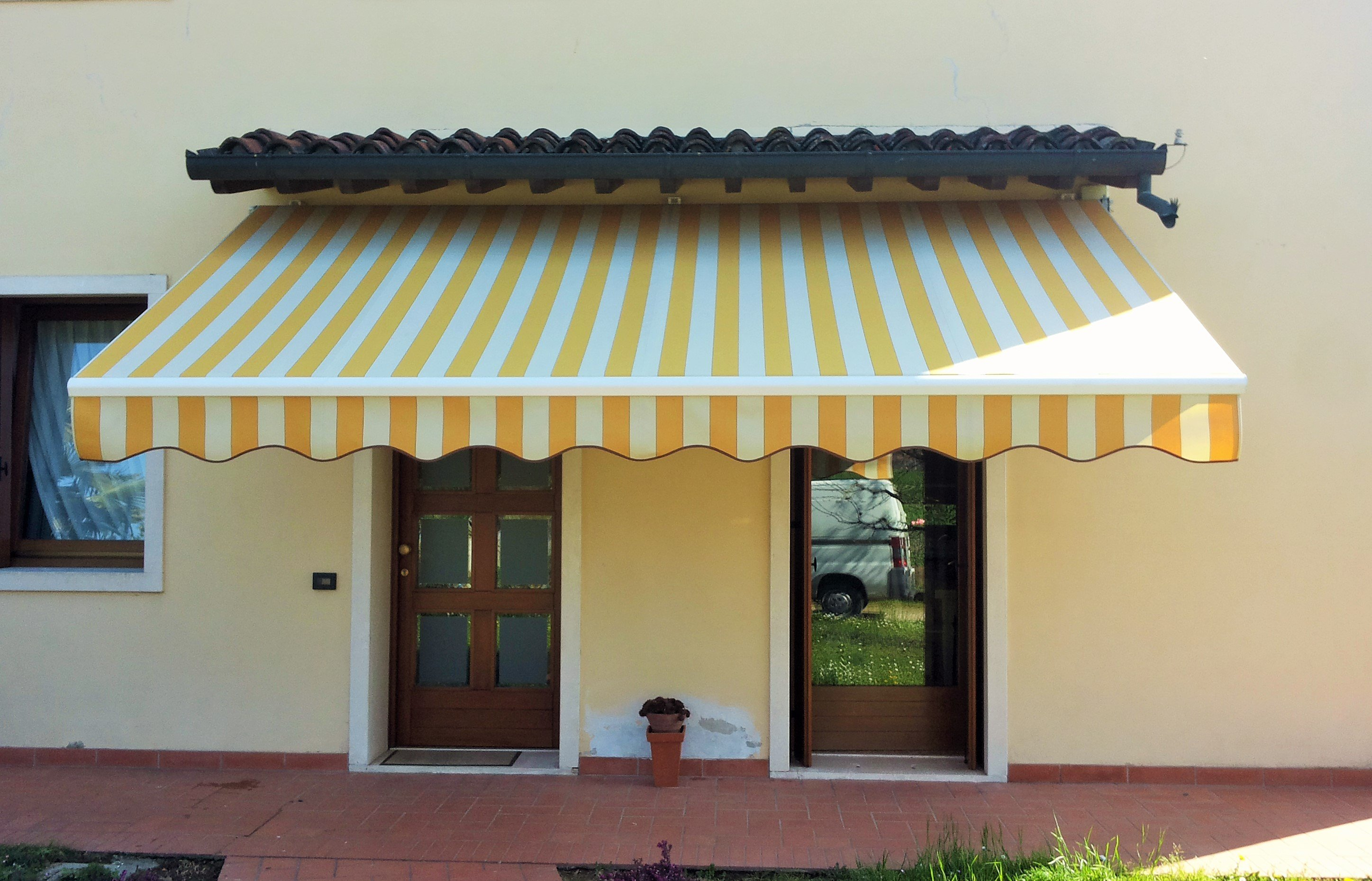 tenda per esterno estendibile gialla e bianca a righe