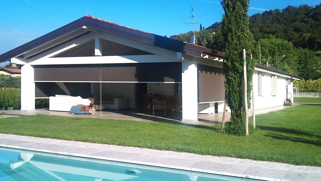 casa con piscina e tenda per esterno