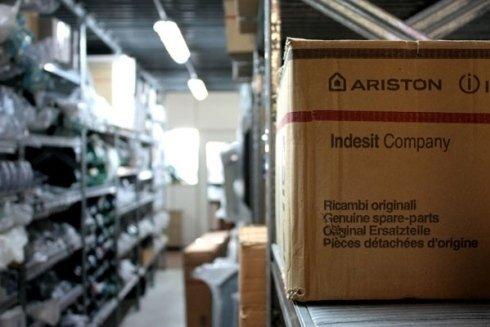 Magazzino con scatole di ricambi per elettrodomestici