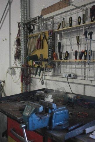 Banco di lavoro e cacciaviti nel magazzino