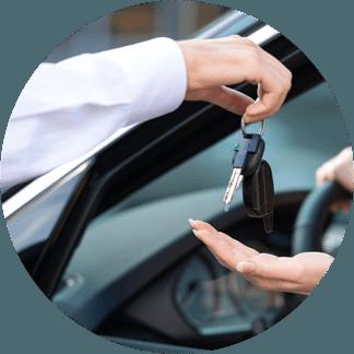 addetto al noleggio consegna chiavi a cliente