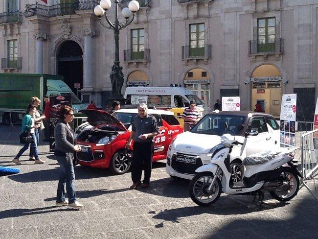 Auto parcheggiate in una piazza
