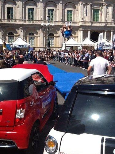 esposizione in piazza e macchine in primo piano