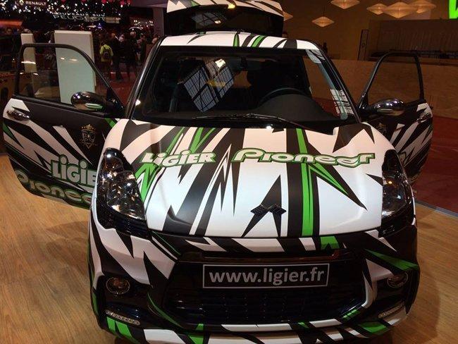 Auto con decorazione nera e verde