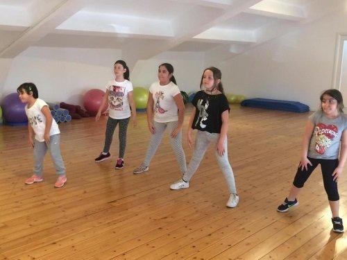 bambini che stanno Imparando a ballare