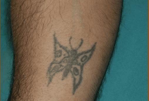 Un tatuaggio di farfalla sul polso di un uomo