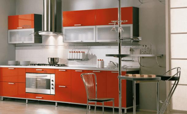 cucina con arredamento rosso