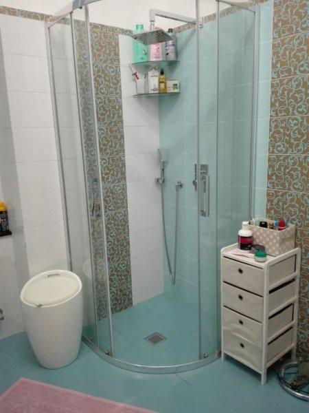 box doccia nell`angolo di un bagno