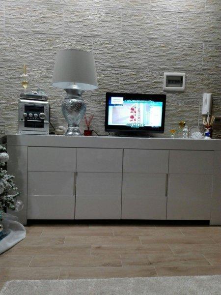 vista frontale di una mensola con una televisione sopra