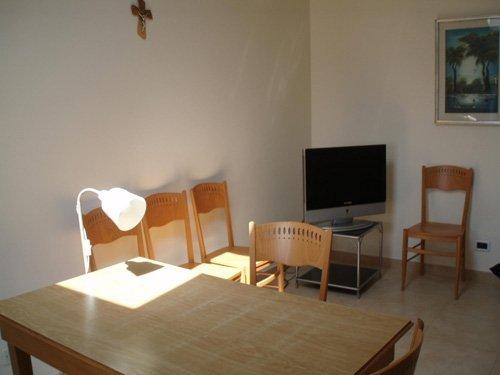 camera con tavolo e tv