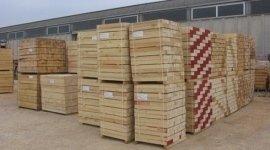 stoccaggio merce, travi, tavole in legna