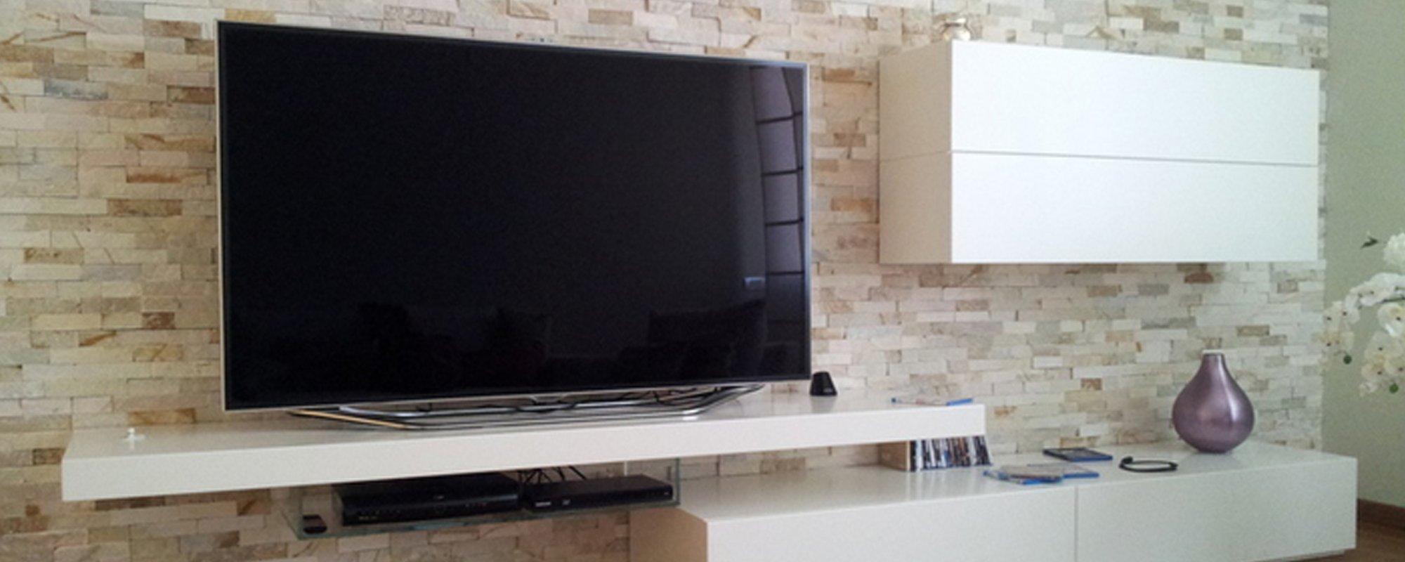 Soggiorno moderno con tv lcd in primo piano