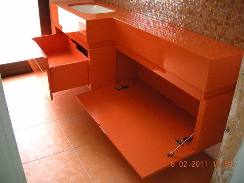 cassettiera su misura arancione aperta
