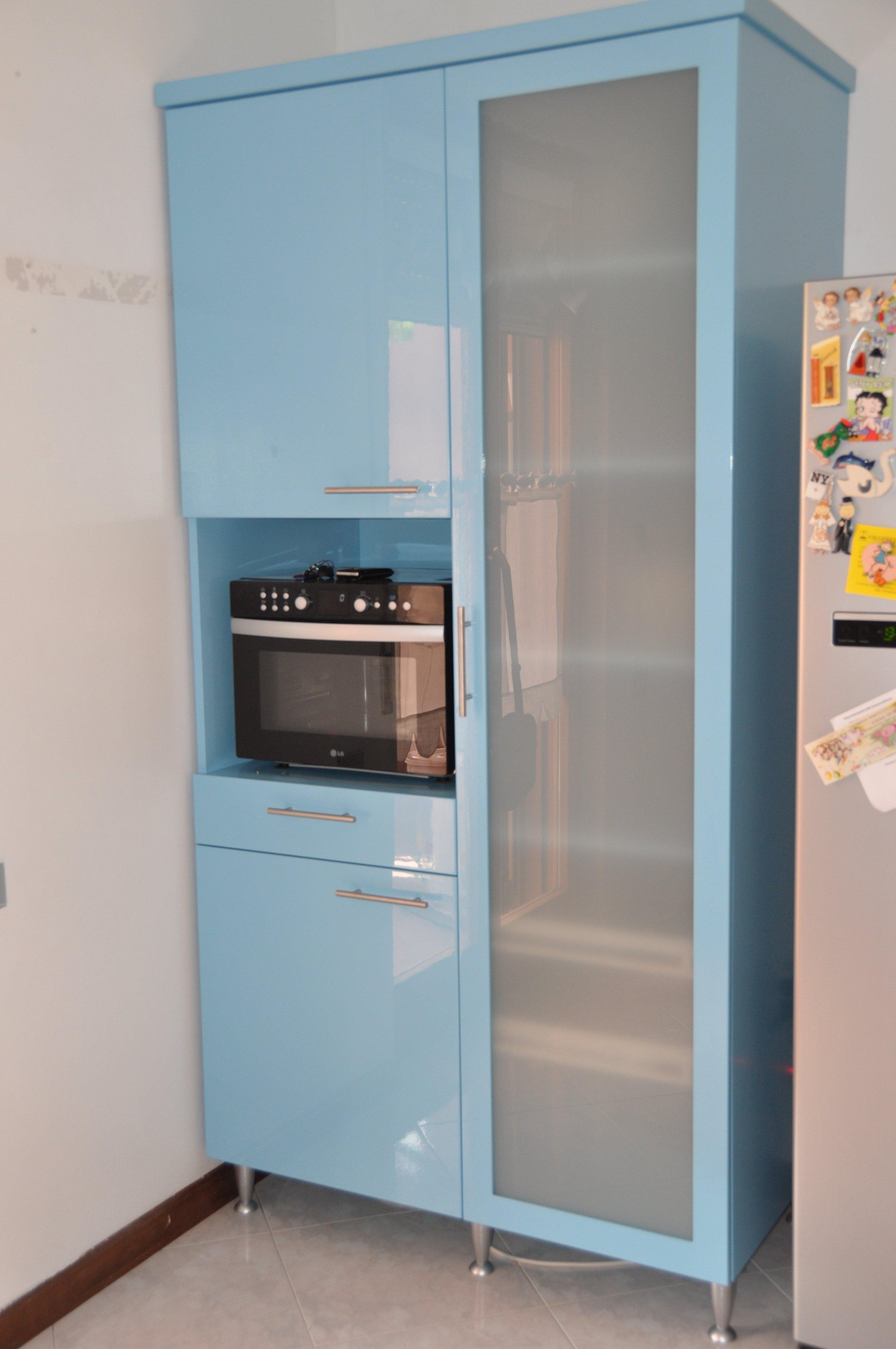 Scomparto di un mobile da cucina con forno a microonde