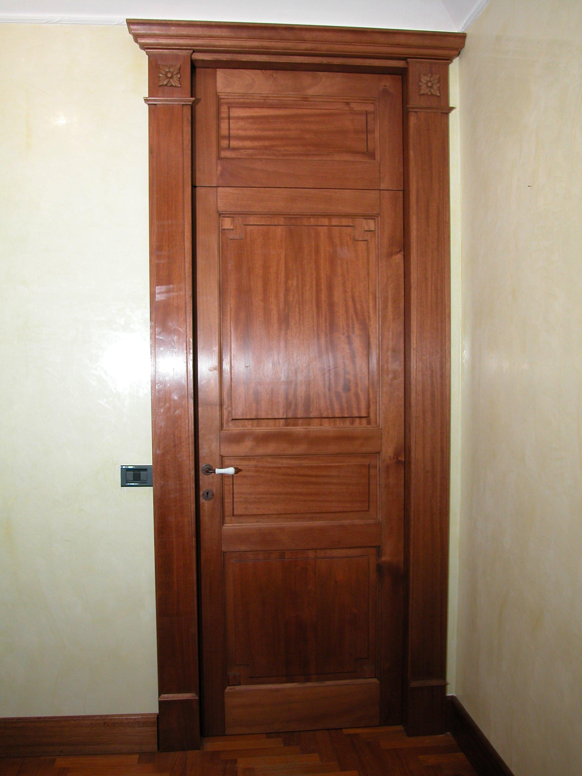Porta in legno con stipite tradizionale