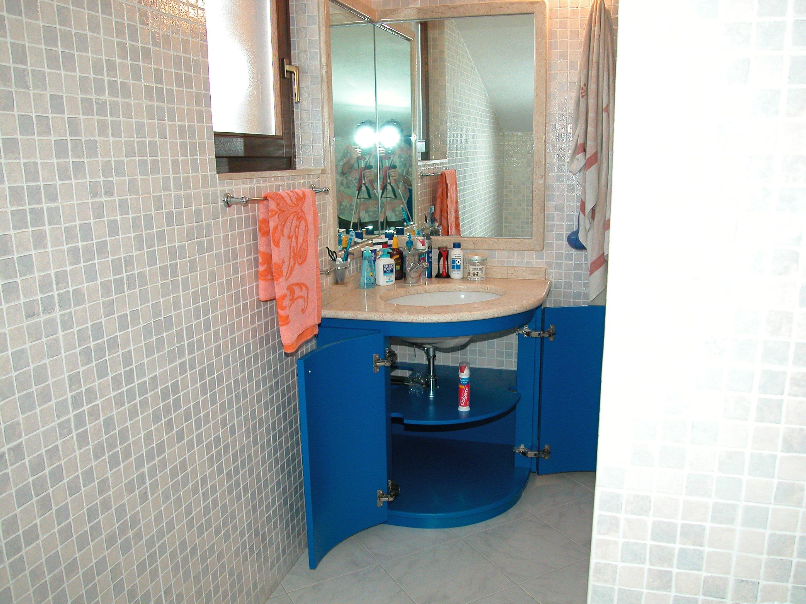 Piccolo bagno con piastrelle blu