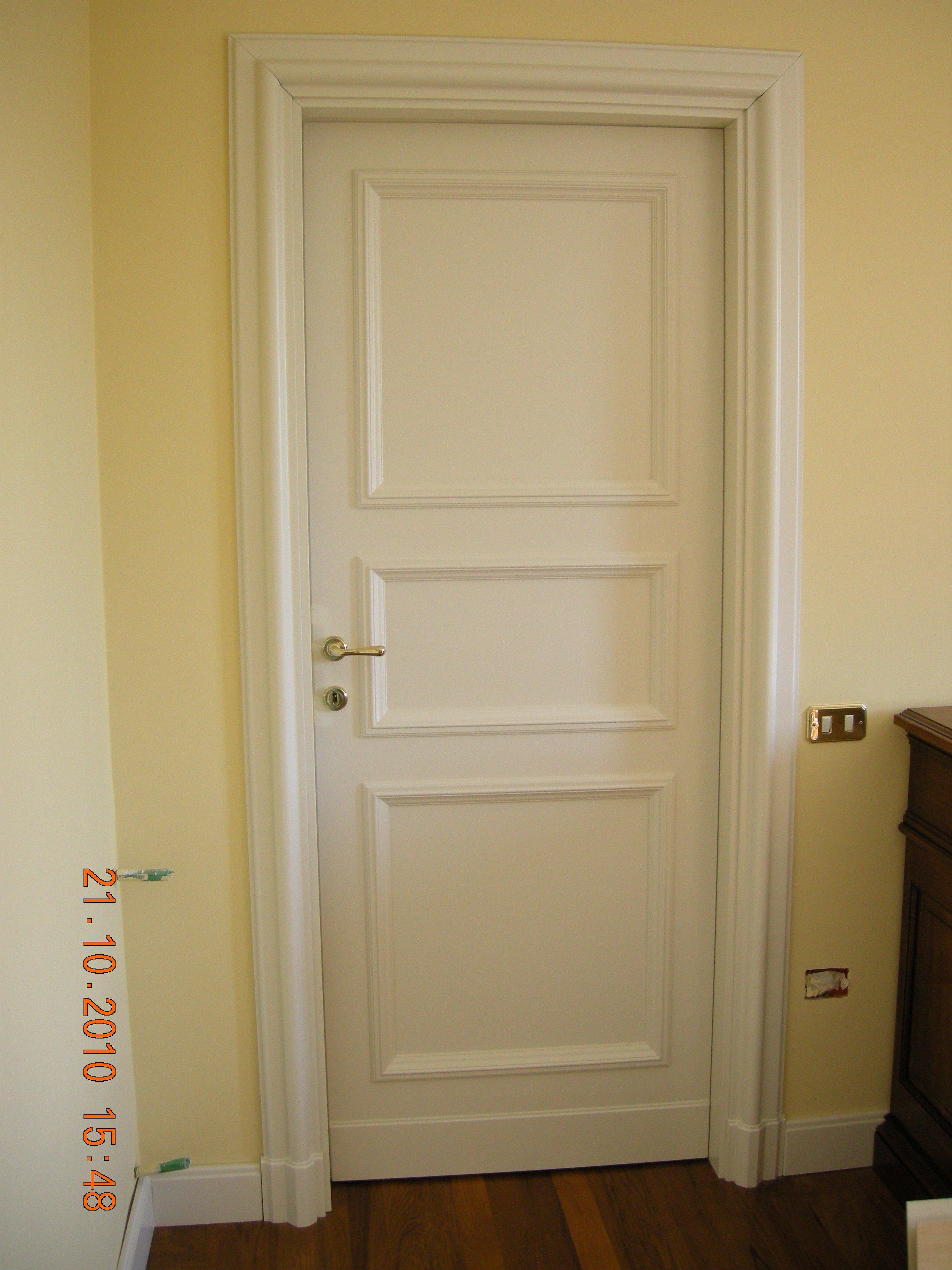 Porta bianca in legno tradizionale